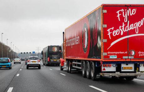 Droomparken vrachtwagen rijdend achter