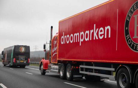 Droomparken vrachtwagen zijkant rijdend